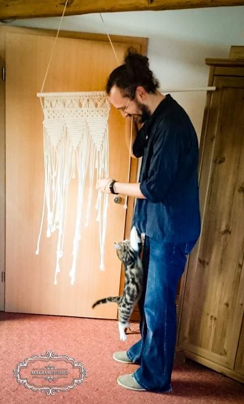 Wandschmuck Makramee mit Katze und Kirschi.